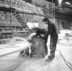 Bernt Olsson och Thure Olson i arbete med barnvagnen